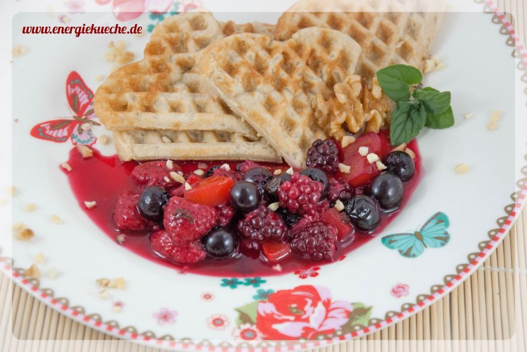 köstliche Dinkel-Waffeln mit Beerenobst - ohne Ei, ohne Milch, ohne Zucker