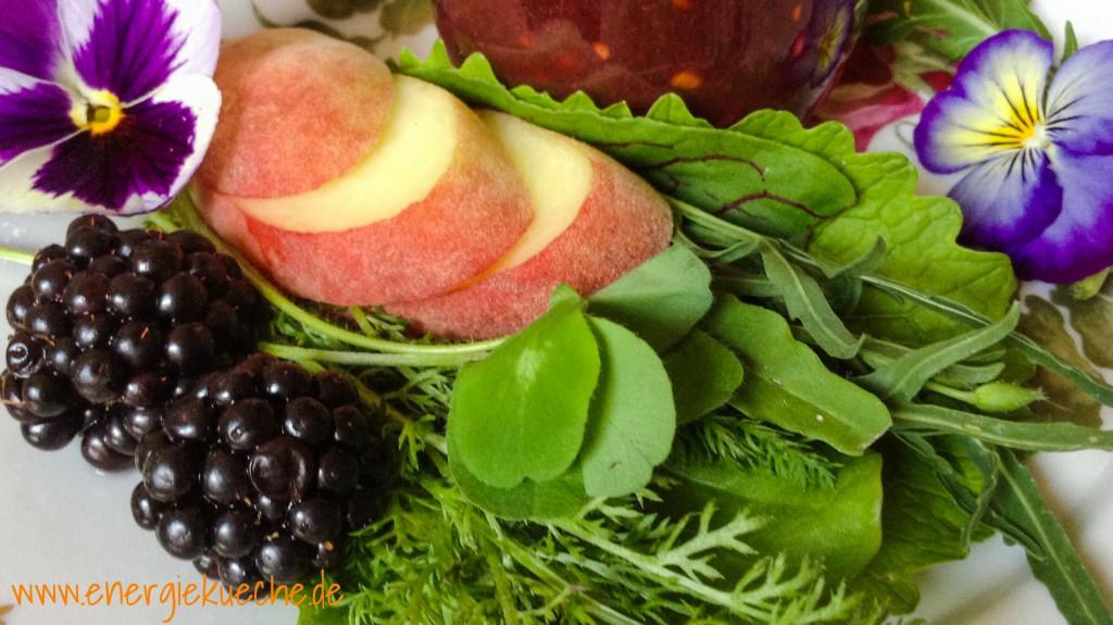 Sommer-Smoothie mit Wildkräutern, Brombeeren und Pfirsichen