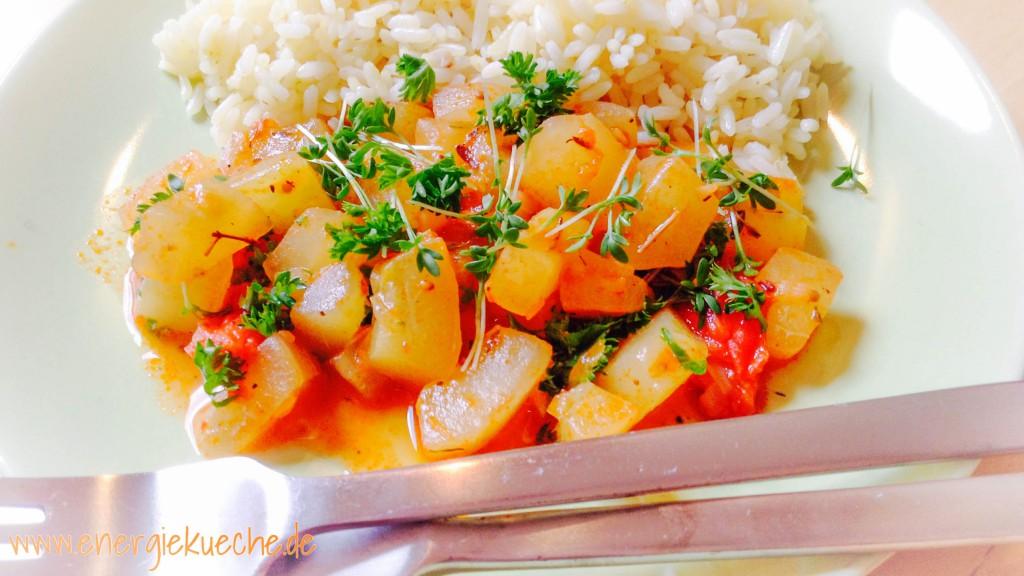 Lecker-leichtes Sommerrezept: Schmorgurke, Reis und frische Kräuter