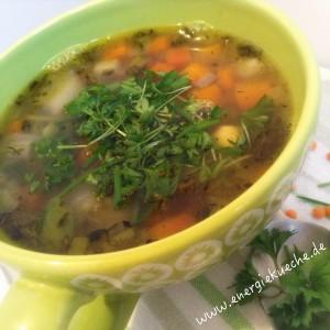 Brühe mit frischem Gemüse