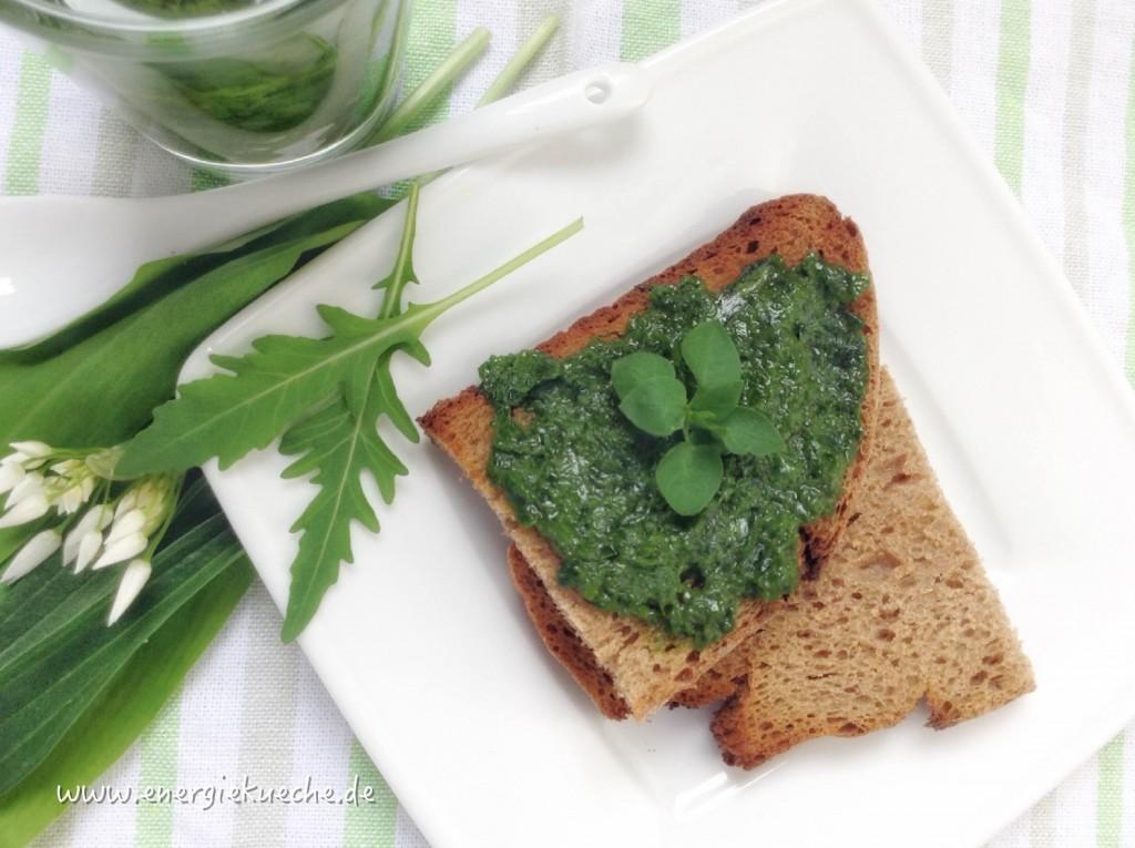 Wildkräuter-Pesto auf geröstetem Roggenbrot