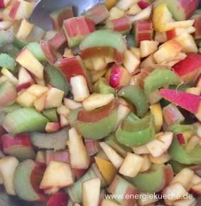 Rhababrber und Äpfel für den Kuchen