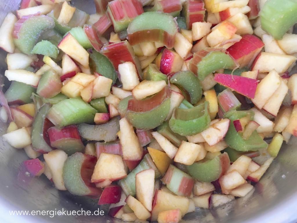 Rhabarber und Äpfel für den Kuchen